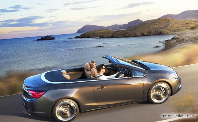 В машине кабриолет верхняя крыша может откидываться назад для открытого обзора.